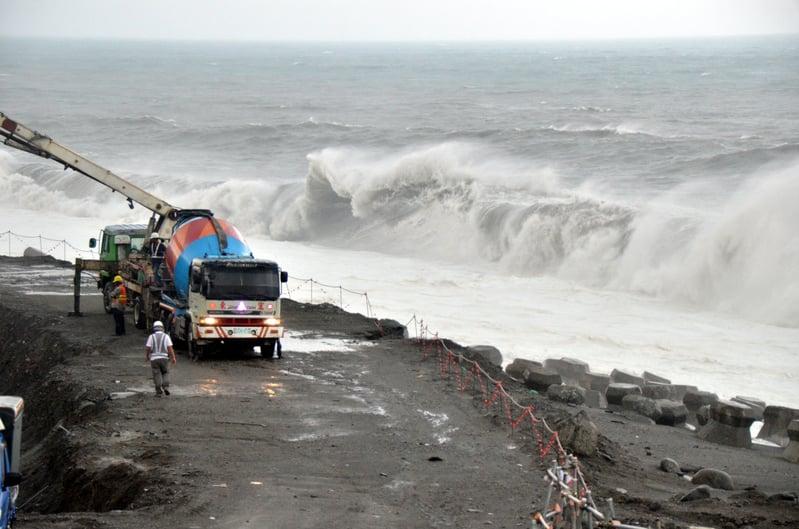 強烈颱風莫蘭蒂逐間接近台東,13日晚海面增強,威脅南迴公路拓寬工程,工人加強工事,希望能挺過大潮和風災的考驗。(中央社)