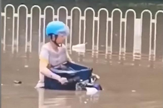 近期大陸南方連降暴雨,路人圍困雨中。(影片截圖)