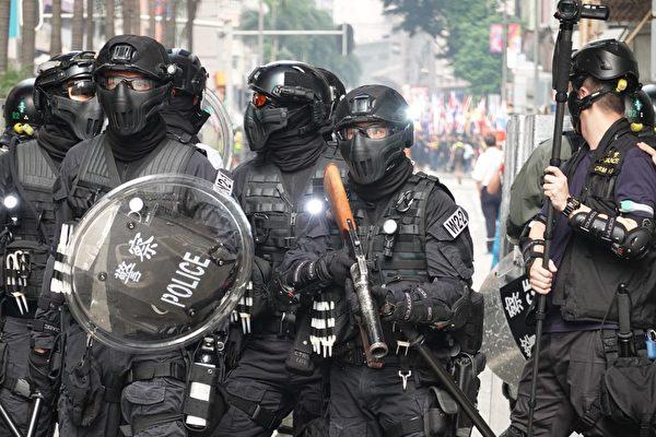 七一臨近,港府如臨大敵,届時將出動逾萬警力全日戒備,圖爲香港警力。(余鋼/大紀元)