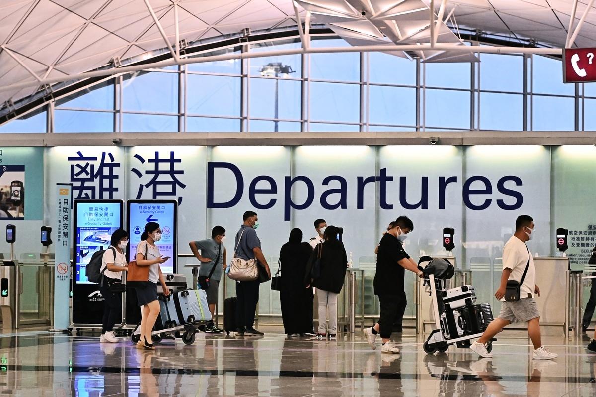 有港媒披露在港版國安法實施的強推一年期間,港人的淨出境人次逾十萬。圖為香港機場離境大堂。(宋碧龍/大紀元)