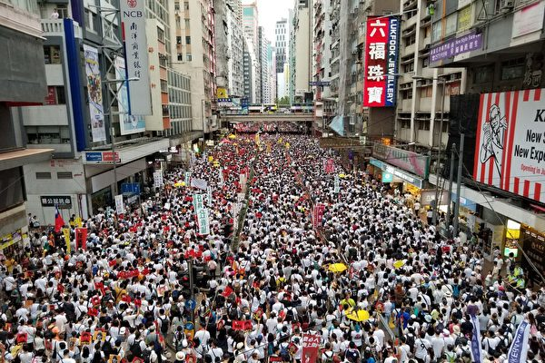 2019年6月9日,香港,「反送中」大遊行人潮擠滿整個街道。(宋碧龍/大紀元)