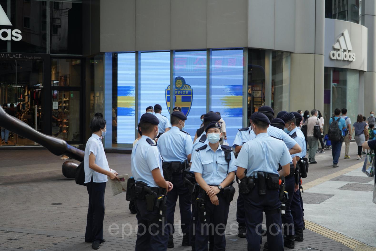 臨近71,警方高度戒備,旺角朗豪坊已見十數名警員戒備。(余鋼/大紀元)