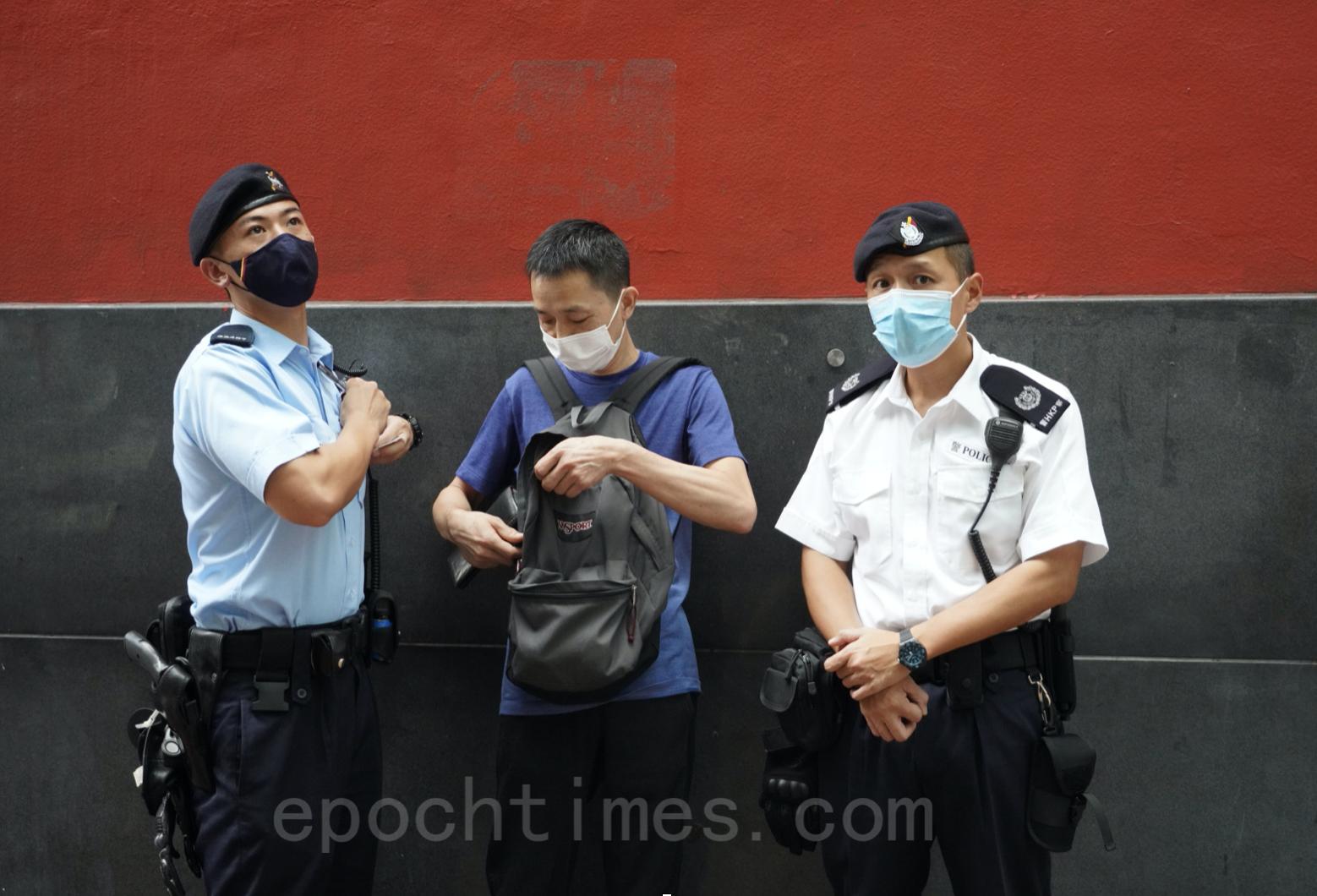 臨近71,警方高度戒備,旺角朗豪坊已見十數名警員戒備,並有警員附近街道巡邏,亦有市民被查證。(余鋼/大紀元)