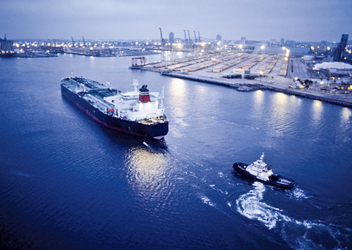 油價下挫,拖累石油相關類股大跌,三大指數跌幅都超過1%。圖為美國Long Beach港口運載石油的拖船。(Getty Images)