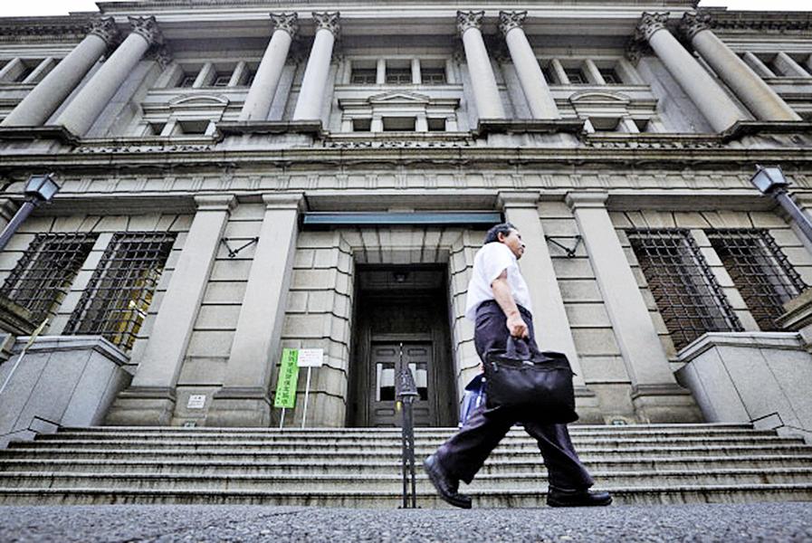 日股尾隨美股收黑 銀行股挫低