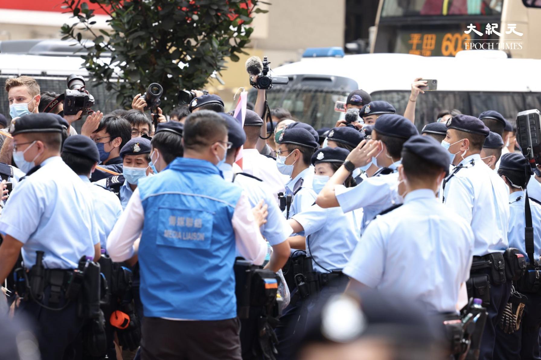 警方把王婆婆抬起帶走,並很快拉起多層封鎖線,阻止市民和記者跟隨,現場一度十分混亂。(李辰/大紀元)