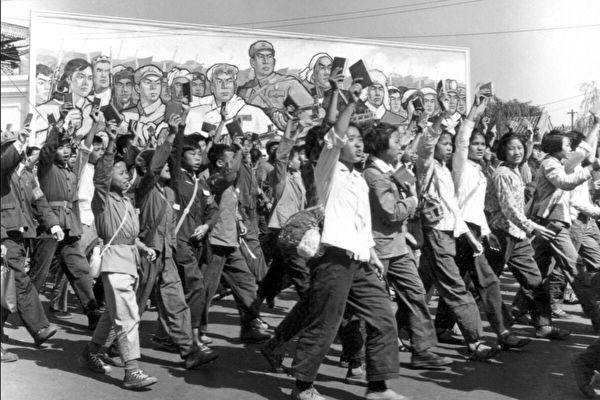 1966年6月北京的一次遊行中,紅衛兵揮舞著毛澤東的「小紅書」。(Jean Vincent/Getty Images)