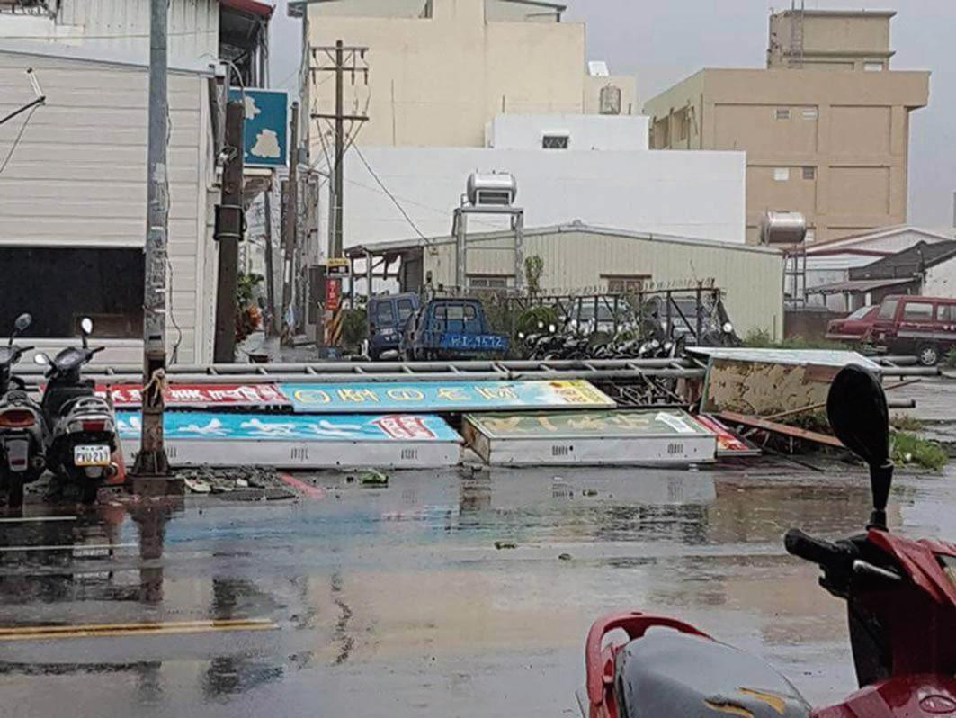 颱風莫蘭蒂直撲恆春半島,風大雨大,恆春中正路招牌掉落。(網絡圖片)