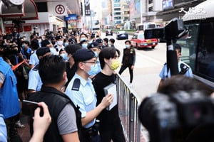 七一嚴防|賢學思政旺角擺街站三人被捕 王逸戰高呼「香港人撐住」【影片】