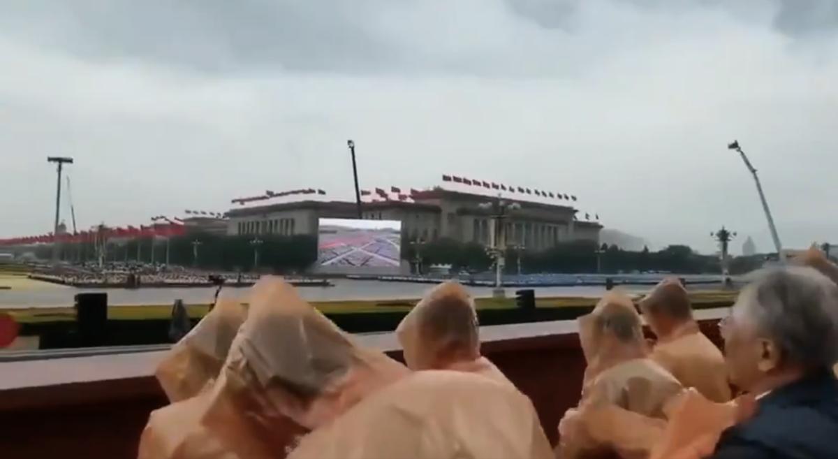 中共7.1天安門黨慶,習近平講話過程中,天開始下雨。網友形容,老天都看不過眼。(視頻截圖)