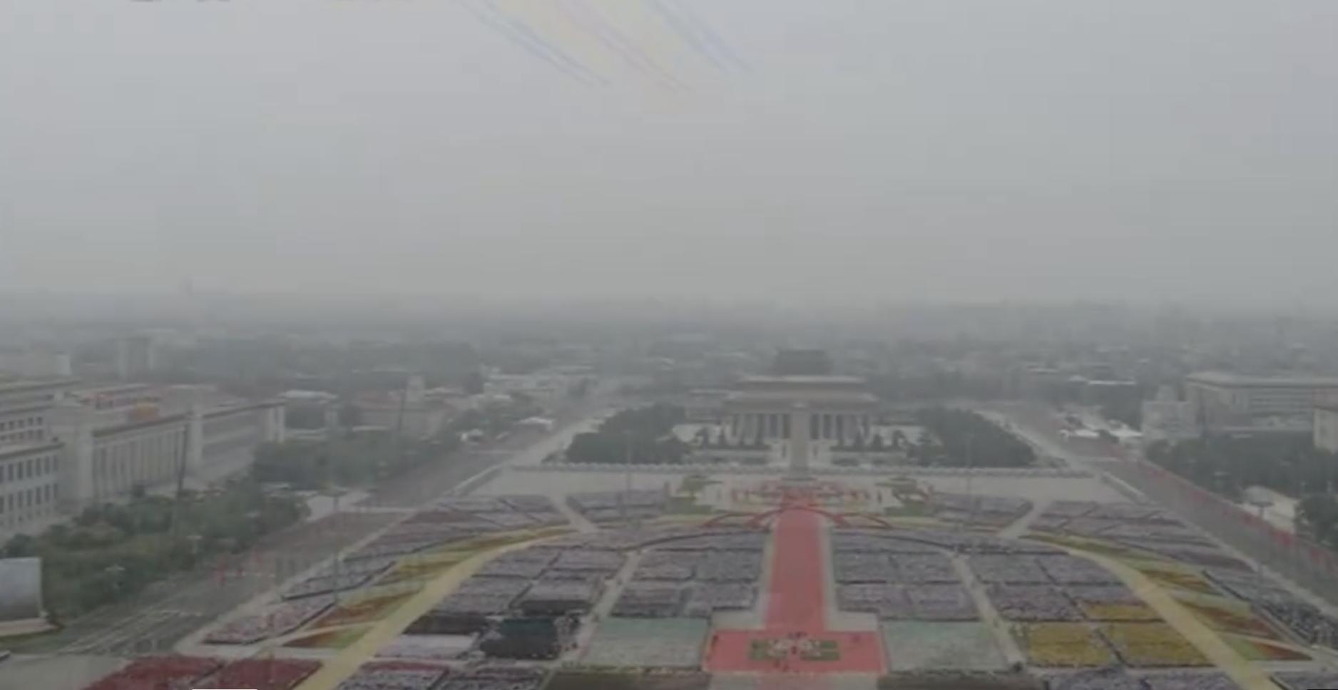 中共百年黨慶,天安門大型活動現場在風雨中失去任何色彩,灰濛濛看不清。(視頻截圖)