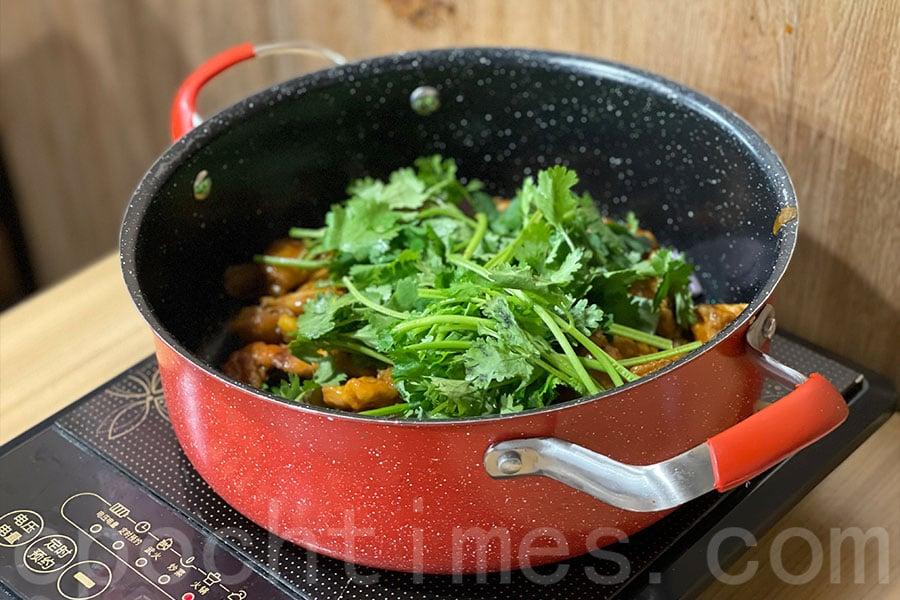 雞煲加上大量芫荽,芫荽控不能錯過。(Siu Shan提供)