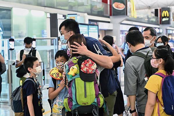 不少家長帶著子女離開香港。(宋碧龍/大紀元)