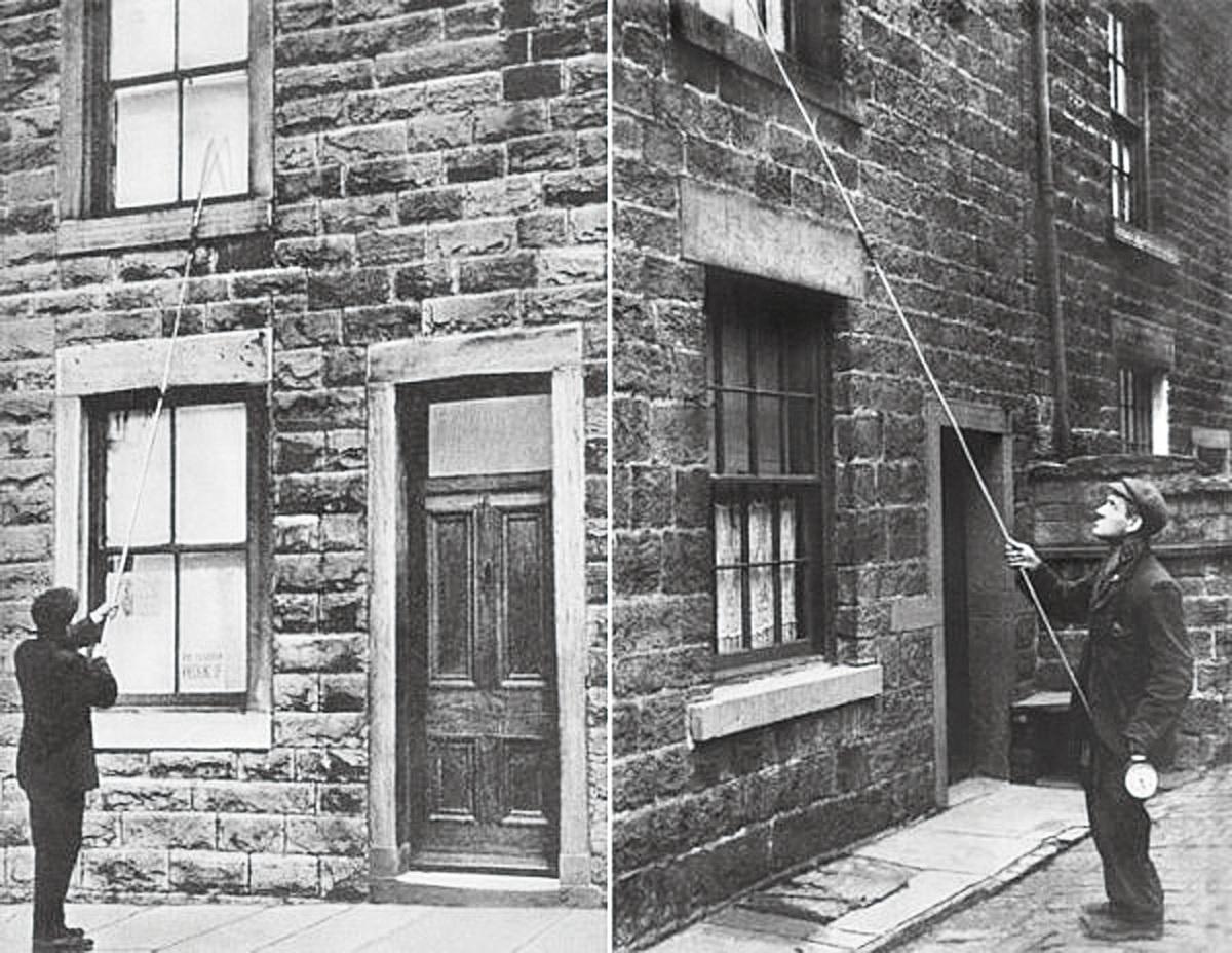 在英國和愛爾蘭等地區,敲窗人負責在早上叫人起床。(網絡圖片)