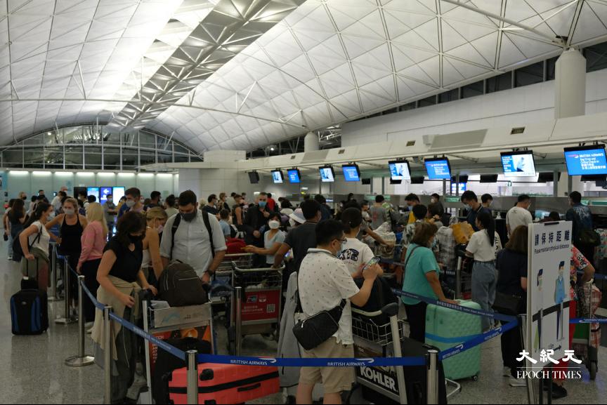 香港國際機場前往英國的航班登機櫃位昨晚大排長龍。(朗星/大紀元)
