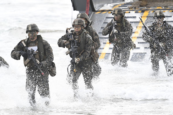 為加強遏制中共,美軍陸戰隊正在印度太平洋地區進行整編。圖為美國海軍陸戰隊員訓練時的情景。(Ian Hitchcock/Getty Images)
