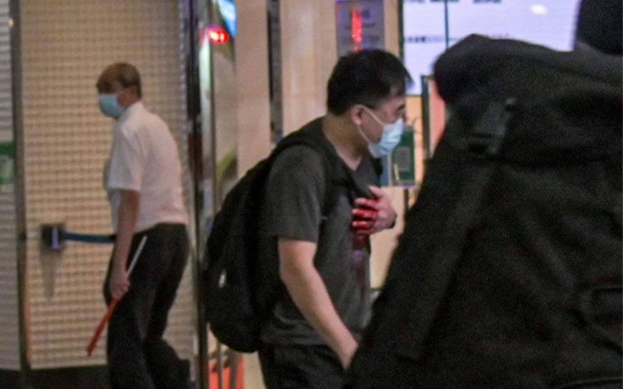 一名50歲男子在銅鑼灣崇光門口對開刺傷一名警員後再刺向自己心臟,送院後不治。(網上圖片)