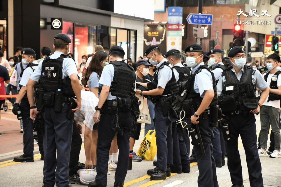 大批警員穿戰術背心  於銅鑼灣對行人大截查