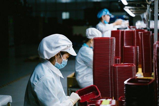 大陸一工廠工人在檢查塑料盒。(Quân Lê Quốc/ Pixabay)