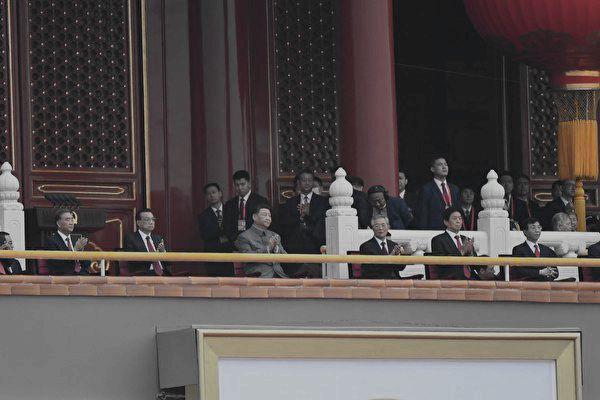 7月1日的黨慶活動中,習近平(前排左三)與前任總書記胡錦濤(前排左四)和政治局常委在天安門城樓上,慶祝活動卻難以看到他們的笑容。(WANG ZHAO / AFP via Getty Images)