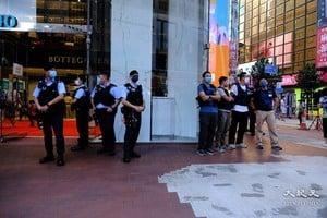 警繼續崇光門外站崗 有市民特意前來記錄