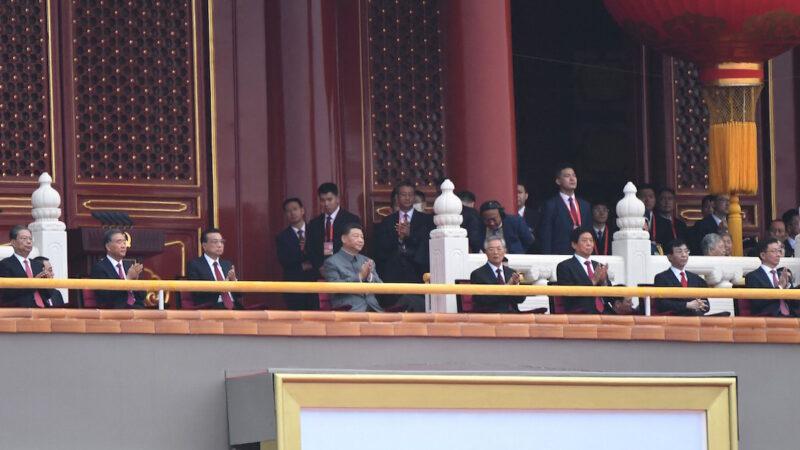 7月1日中共成立百年之際,國際多國官員聚焦中共的百年罪惡史,指必須追責。蓬佩奧發文說,中共百年是一個世紀種族滅絕史。圖為7月1日在天安門活動中,習近平(前排左三)等中共官員。(Wang Zhao/AFP via Getty Images)