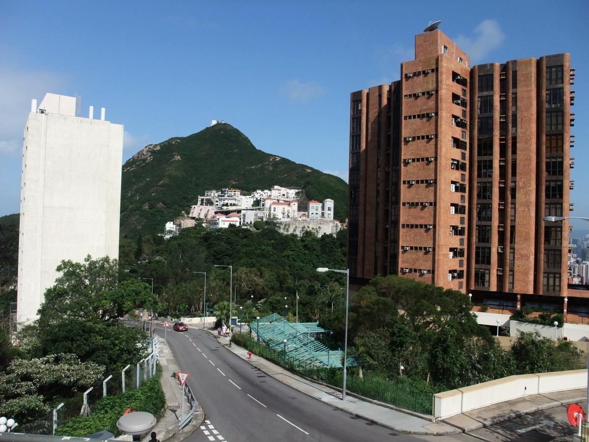 香港寸金尺土,除住房外,香港泊車位也問鼎全球最貴。近日出售的車位價格逼近155萬美元,足夠購買一個位於太古城的2房單位。圖為擁有香港最貴豪宅地段之一的聶高信山。(Minghong / 維基百科)