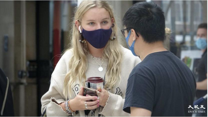 「暖氣軍師撐香港」發言人Terry(右),向途人講述《蘋果日報》被打壓的經過。(文苳晴 / 大紀元)
