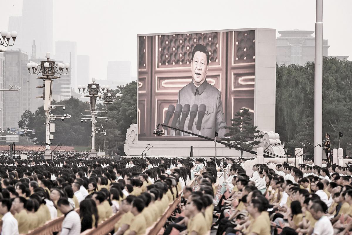 中共高調宣佈黨員人數超過 9514 萬人,它是全球最大的單一政黨組織,但也是退出人數全球最多。圖為「七一」當天,被安排到天安門廣場參加黨慶活動的民眾。(Getty Images)