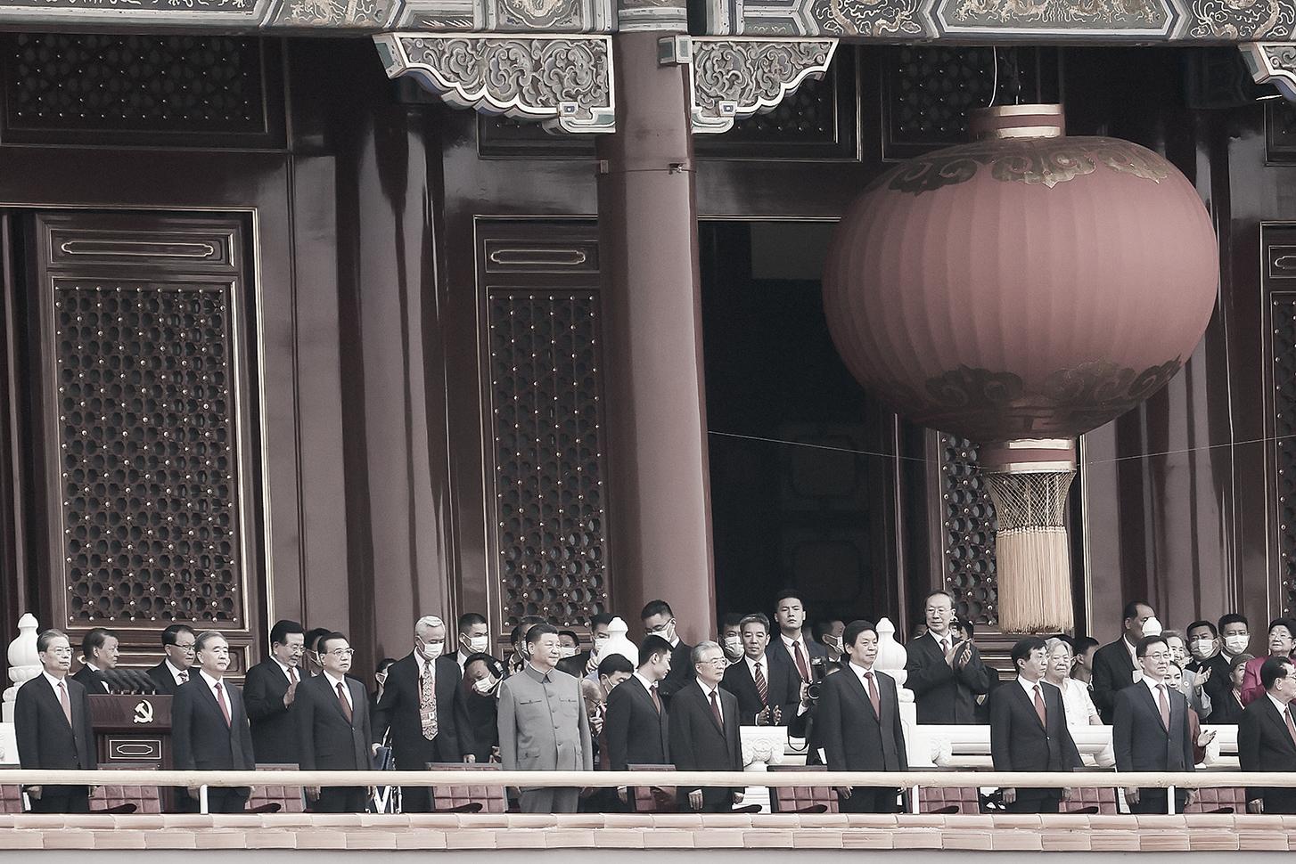 中共宣稱自己「代表最廣大人民的根本利益」,實際上它只代表一群具有特殊權力與地位的特權階層。圖為「七一黨慶」新老高官登上天安門城樓觀禮。(Getty Images)
