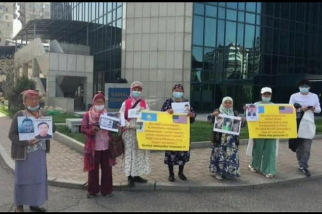 阿拉山為營救丈夫,和當地其他在新疆遭受迫害的人們一起到美國駐哈薩克斯坦的大使館呼籲,希望能得到幫助。(受訪者提供)