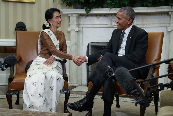 9月14日,奧巴馬在白宮與來訪的緬甸領導人昂山素姬會談後,宣佈即將解除對緬甸長達數十年的經濟制裁。(Alex Wong/Getty Images)