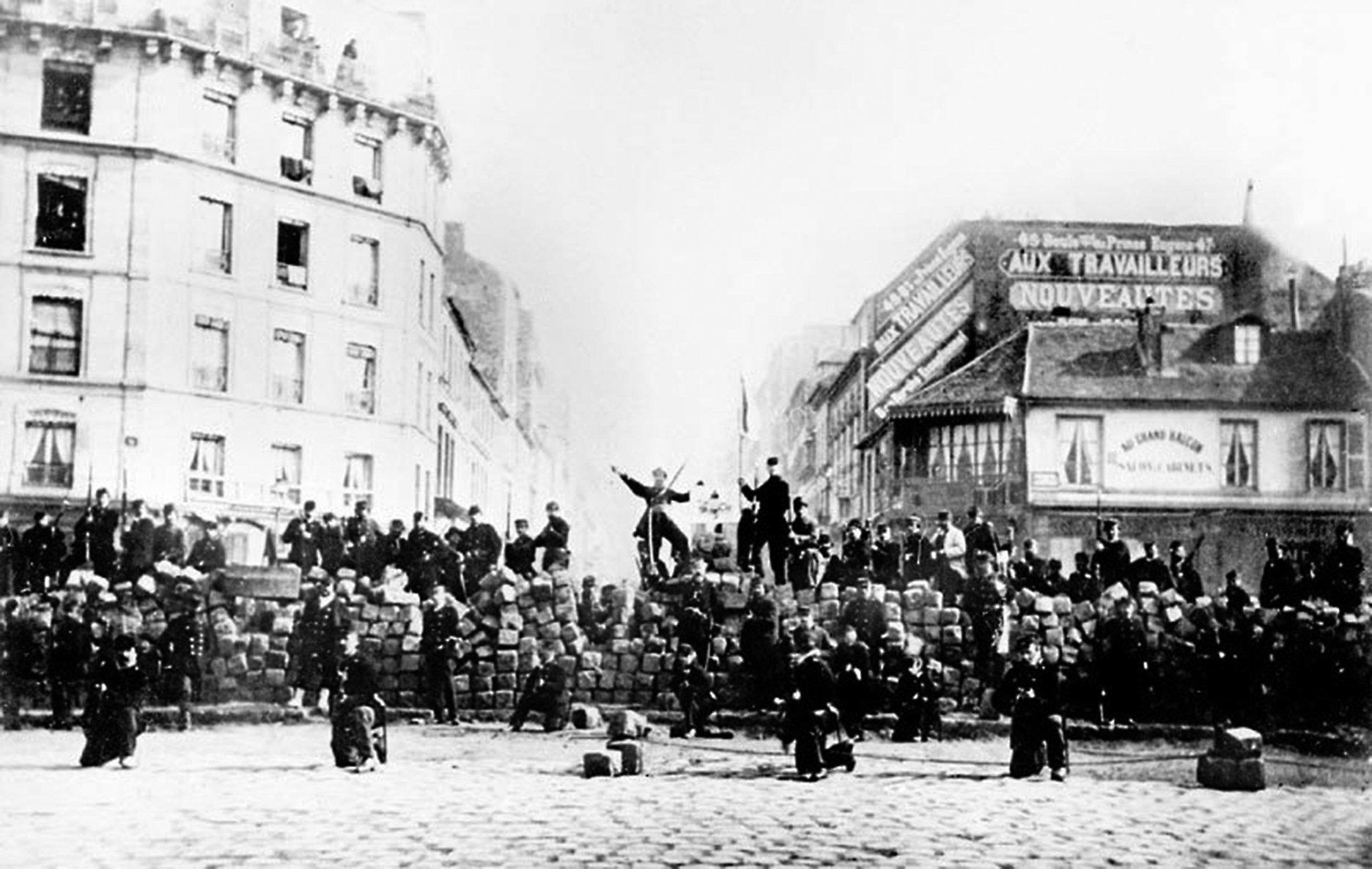 巴黎公社由社會底層的暴民和流氓領導的武裝叛亂開始。圖為1871年3月18日巴黎公社在市區設置路障。(AFP)