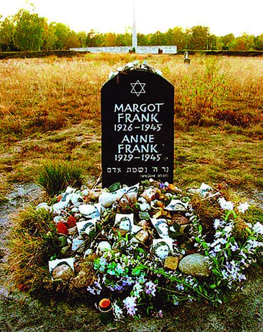 安妮與瑪格特位於貝爾根-貝爾森集中營舊址的紀念碑,伴隨著的是人們悼念的鮮花和相片。( 維基共享資源)