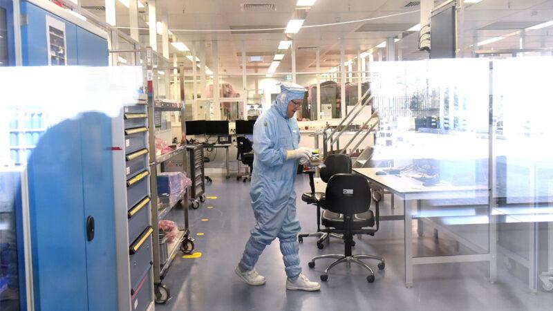 2018年4月17日,荷蘭光刻機生產企業阿斯麥(ASML)的一名員工正在實驗室工作。(EMMANUEL DUNAND/AFP via Getty Images)