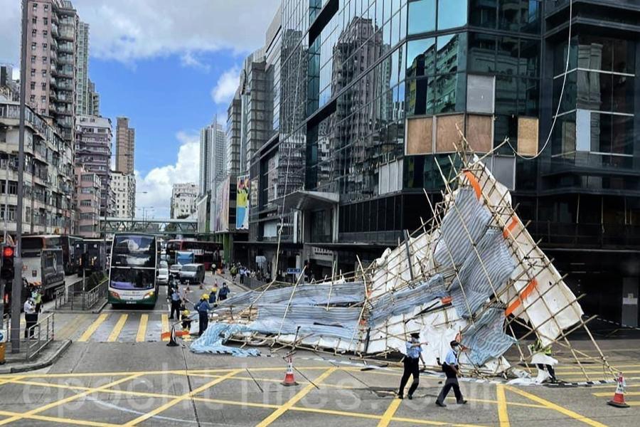 長沙灣政府合署外工作棚架坍塌 警方封閉部份行車線