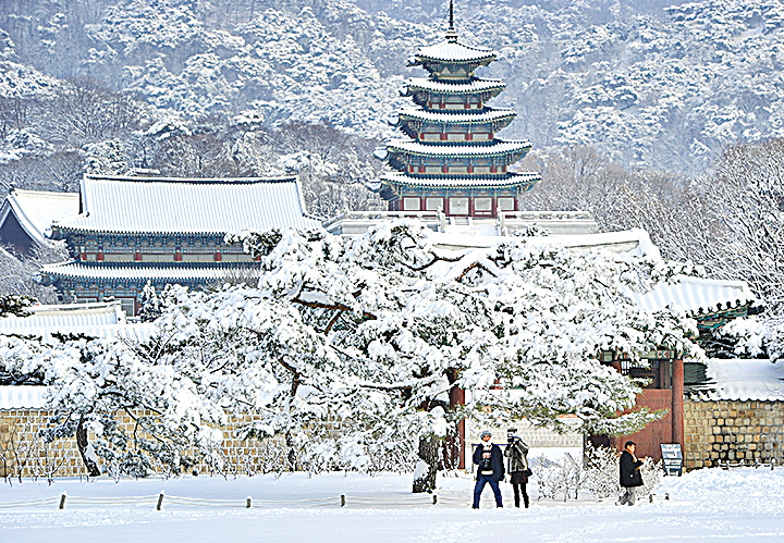 南韓包括首都首爾在內的多個城市降下大雪。(AFP)
