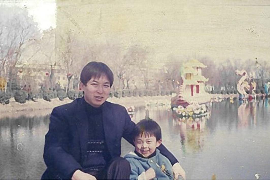 右為埃里克賈小時候和父親賈曄在一起。(本人提供照片)
