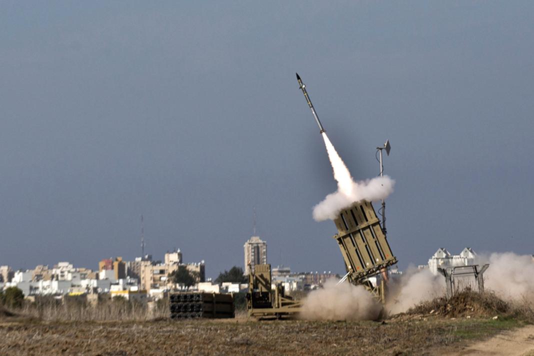 2012年11月18日,在以色列南部阿什杜德(Ashdod)的「鐵穹」攔截系統,發射攔截入侵火箭彈。(Getty Images)