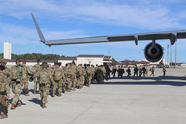 美國軍方表示,美國從阿富汗撤軍工作已經完成90%以上。但另一方面,阿富汗局勢動盪,出現政府軍躲避塔利班攻勢越境逃亡事件。圖為美軍撤離示意圖。(Photo by Capt. Robyn Haake  US ARMY / AFP)