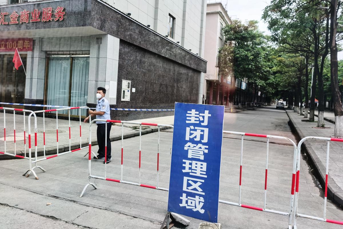 2021年7月5日,在中國雲南省西南部與緬甸接壤的瑞麗市,警察用膠帶擋住了進入一棟大樓的通道,這是Covid-19冠狀病毒措施的一部份。(STR / AFP via Getty Images)