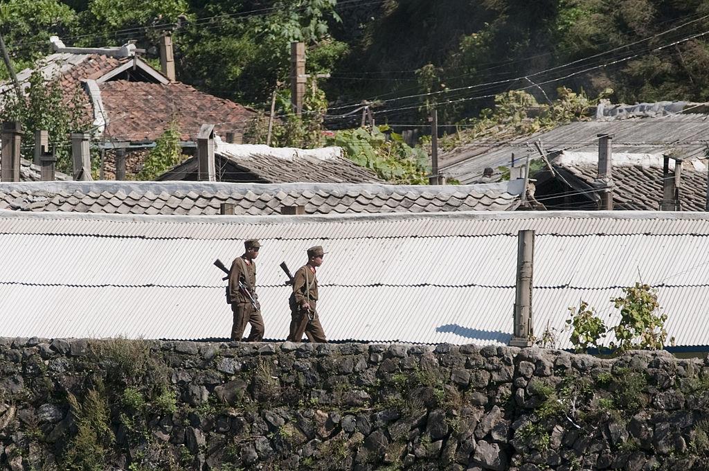 據傳,金正恩最近以防疫不利等原因大規模整治了北韓高官。圖為北韓士兵在在鴨綠江邊巡邏。(OLLI GEIBEL/AFP via Getty Images)