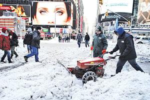 天氣轉晴紐約客開始鏟雪