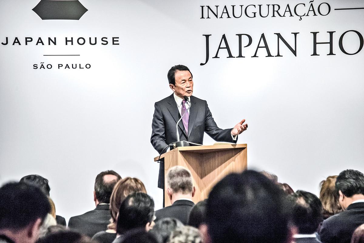 7月5日,日本副首相兼財務大臣麻生太郎表示,中共如攻擊台灣,「美日一定要一同防衛台灣」。圖為麻生太郎2017年在巴西演講。(Getty Images)
