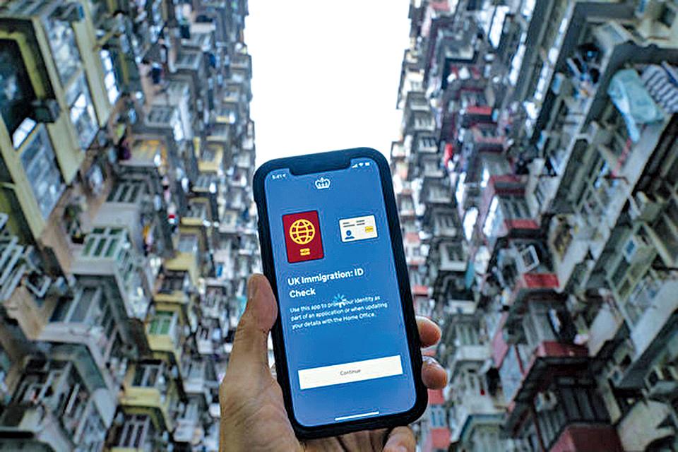 香港人在近期掀起新一波移民潮,投資銀行美銀發表最新報告,估算未來5年將有32萬名港人移民英國,或將導致資金流出。(大紀元資料圖片)