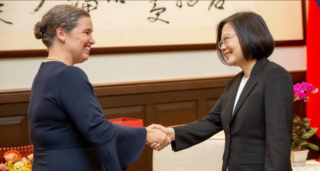 美國在台協會6日宣佈,國務院亞太副助卿孫曉雅將於2021年夏季接替酈英傑,擔任AIT處長。圖為,蔡英文在2019年10月9日與她會面場景。(蔡英文官方推特截圖)