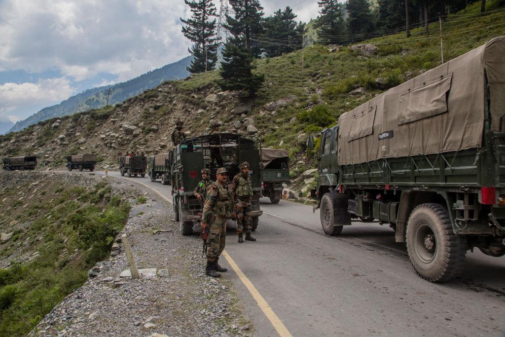 中共西南戰區司令員在不到一年的時間內三次換人,被認為與中印邊境緊張局勢有關。圖為2020年9月2日,印度陸軍車隊攜帶增援和補給,在與中國接壤的高速公路上駛向克什米爾的加甘吉爾市。(Yawar Nazir/Getty Images)