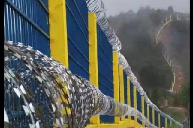 中共在中緬邊境山脈建造鐵絲網圍牆,防止異議人士逃跑。(推特截圖)