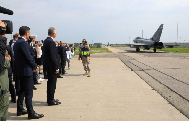 西班牙總理桑切斯(左1)及立陶宛總統瑙塞達(左2)7月8日在立陶宛的空軍基地舉行露天記者會,巧遇戰機升空攔截俄羅斯軍機。(PETRAS MALUKAS/AFP via Getty Images)