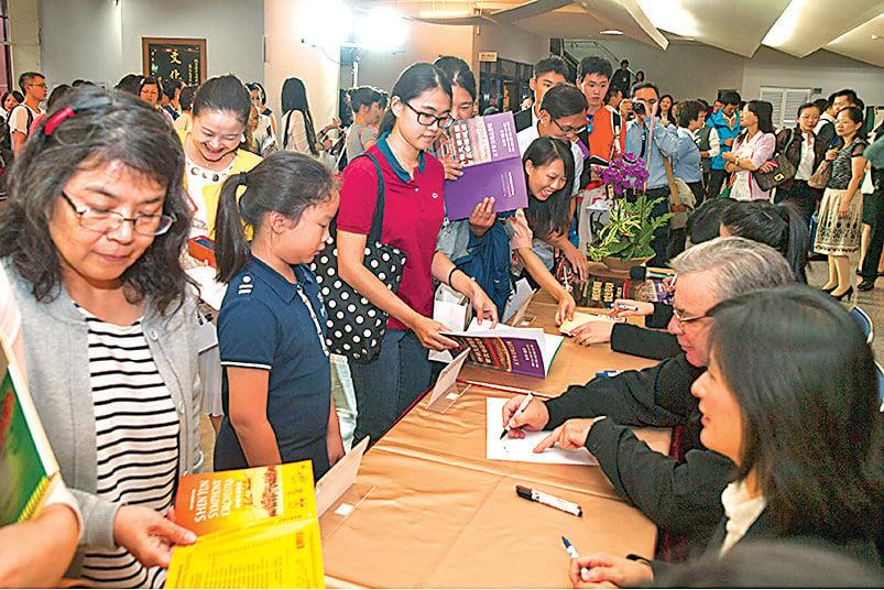 神韻交響樂團中壢首演後的簽名會,5位神韻音樂家現身為樂迷簽名,吸引近百位民眾排隊。(唐賓/大紀元)